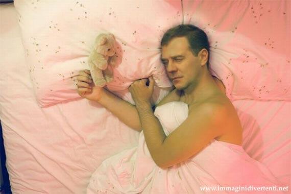 Immagine Divertente Uomo: Uomo lenzuola rosa